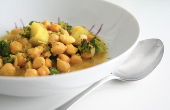 Garbanzos al curry con brócoli